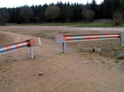 08 - 05 - 05: FIA-Sicherheitszaun: Eigentlich die längste Tribüne ...